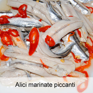 filetti di alici (o acciughe) marinate in olio e limone con peperoncino fresco